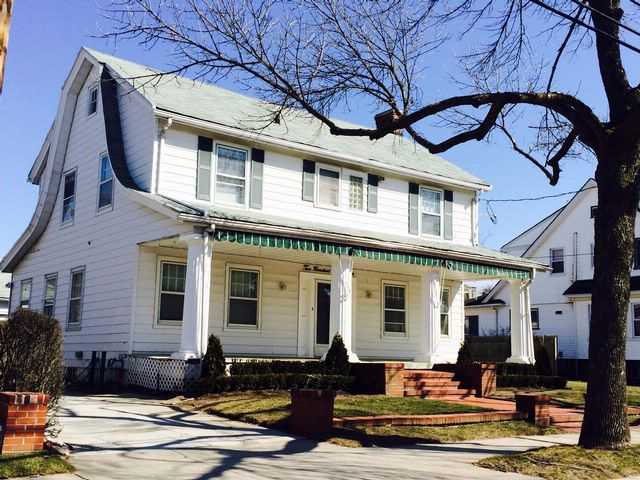 4 BR,  2.50 BTH Colonial style home in NEPONSIT