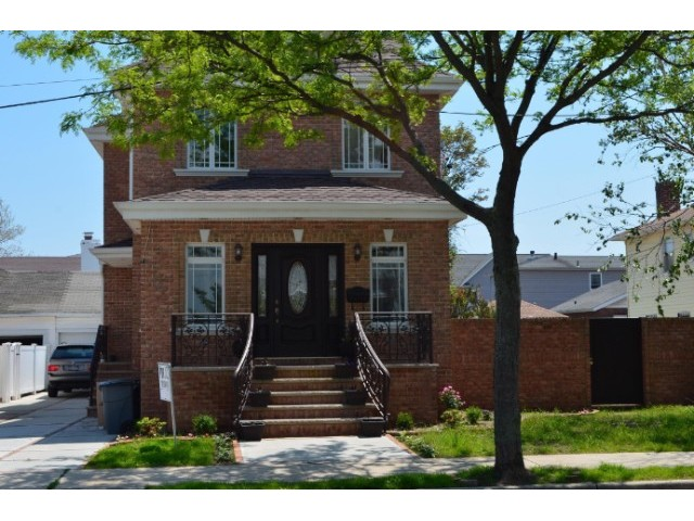 3 BR,  2.50 BTH Colonial style home in NEPONSIT