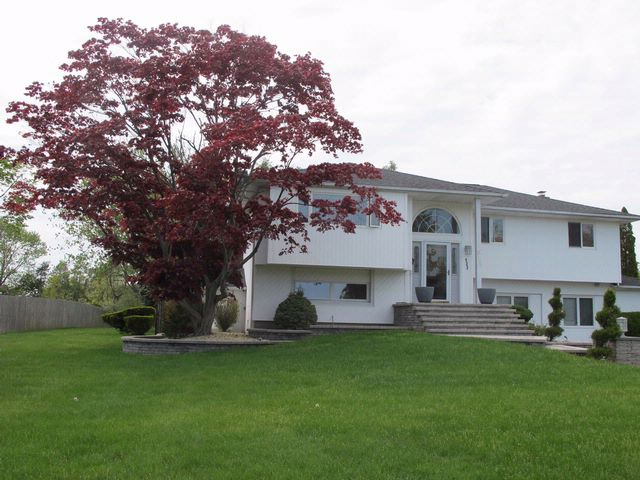 5 BR,  4.00 BTH  Split ranch style home in COMMACK