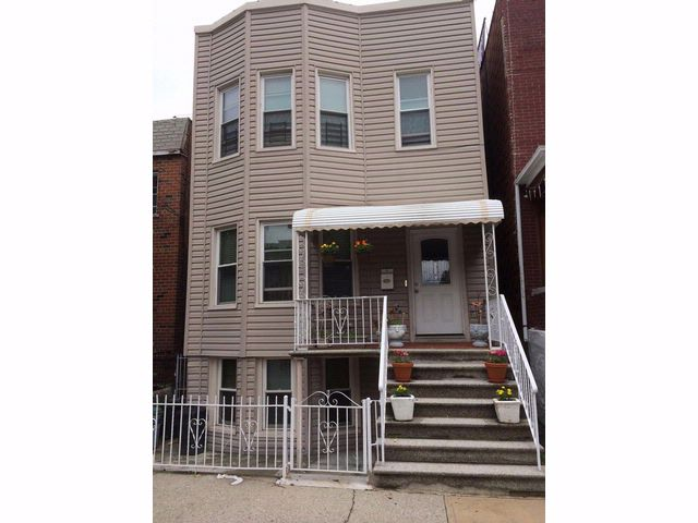 8 BR,  3.00 BTH  Townhouse style home in Bronx