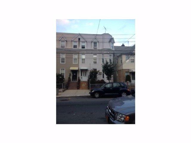7 BR,  4.00 BTH Duplex style home in Jamaica