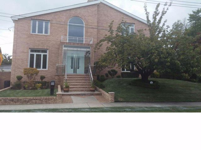 5 BR,  4.00 BTH  2 story style home in BERGEN BEACH