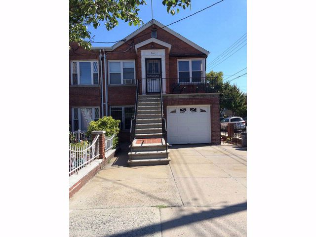 6 BR,  3.00 BTH  Townhouse style home in Bronx