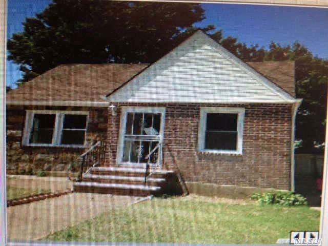 4 BR,  3.00 BTH  Ranch style home in LAURELTON