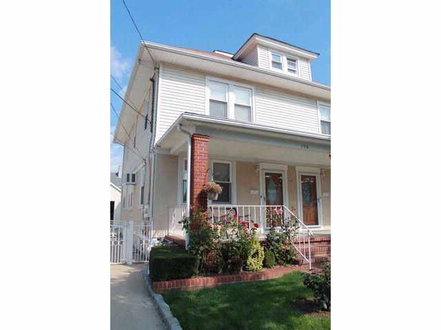 3 BR,  2.00 BTH Colonial style home in MINEOLA