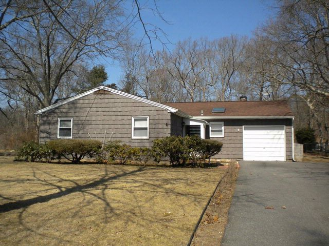 4 BR,  1.00 BTH  Ranch style home in Moriches