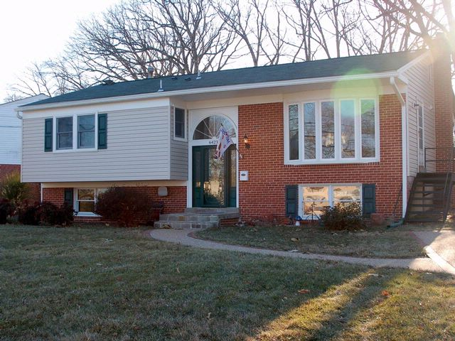 4 BR,  2.50 BTH Bi-level style home in Springfield