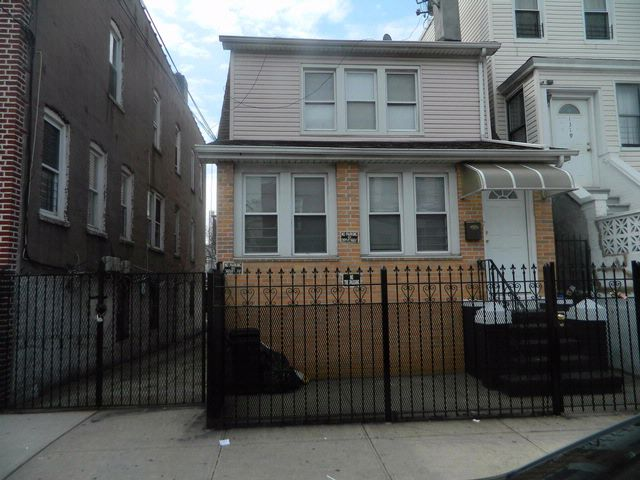 5 BR,  2.00 BTH Colonial style home in Soundview