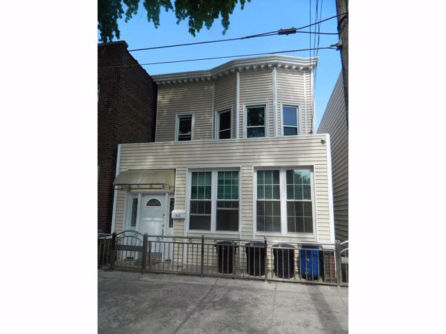 7 BR,  3.00 BTH  Colonial style home in Bronx