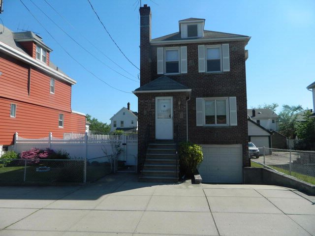 3 BR,  1.50 BTH  Colonial style home in Bronx