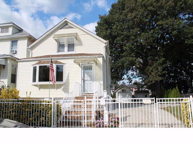 3 BR,  3.00 BTH  Colonial style home in Bronx
