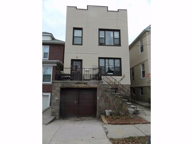 8 BR,  3.00 BTH Colonial style home in Bronx
