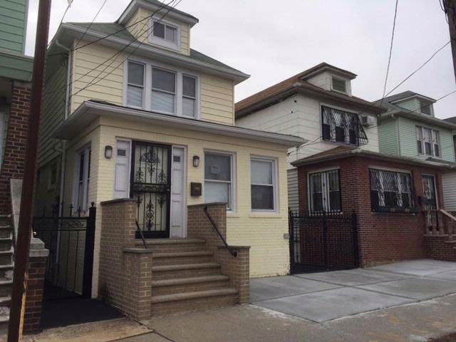 5 BR,  2.50 BTH Colonial style home in Bronx