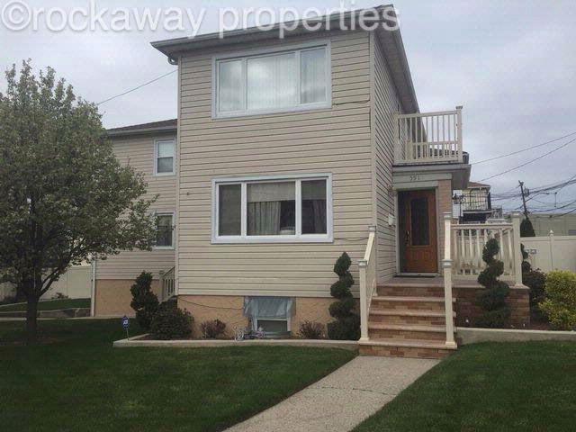 6 BR,  4.50 BTH 2 story style home in Far Rockaway