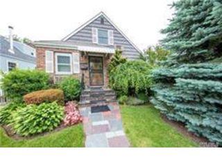 4 BR,  2.50 BTH Cape style home in Whitestone
