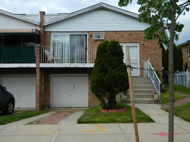 4 BR,  2.50 BTH  Hi ranch style home in Bronx