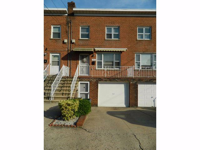 4 BR,  2.00 BTH Colonial style home in Bronx