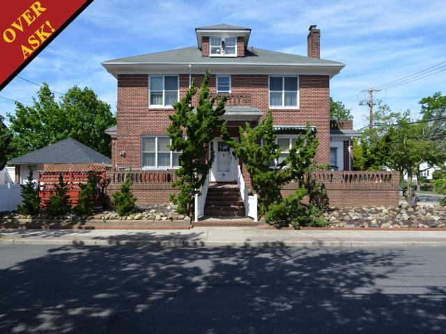 4 BR,  3.00 BTH  Colonial style home in Neponsit