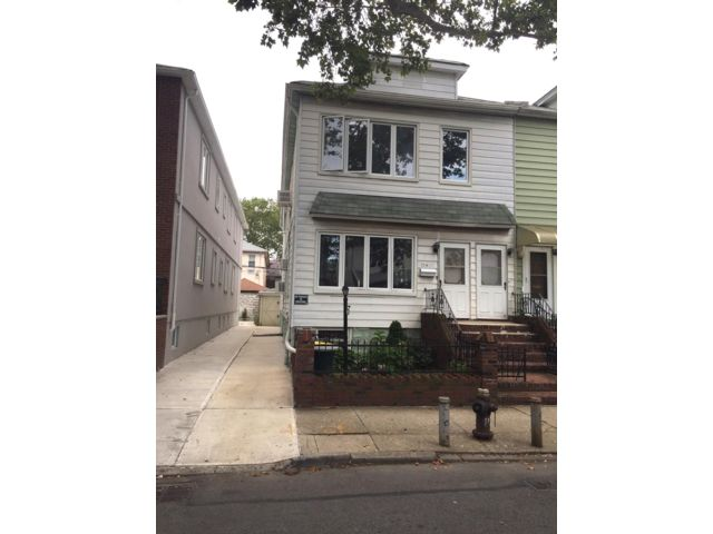 4 BR,  3.00 BTH   style home in Gravesend