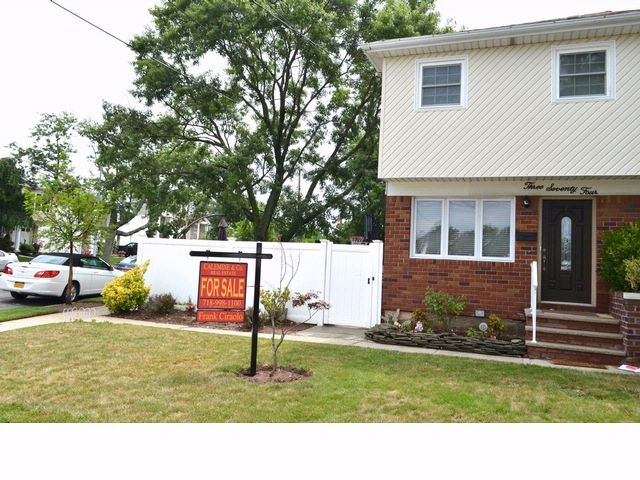 3 BR,  1.50 BTH   style home in Oakwood