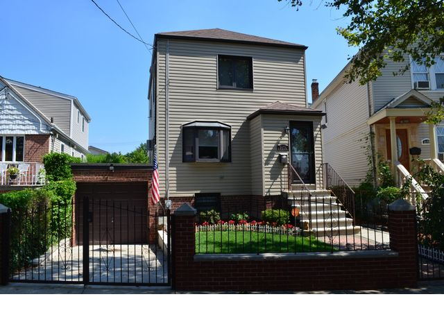 2 BR,  2.00 BTH Colonial style home in Bronx