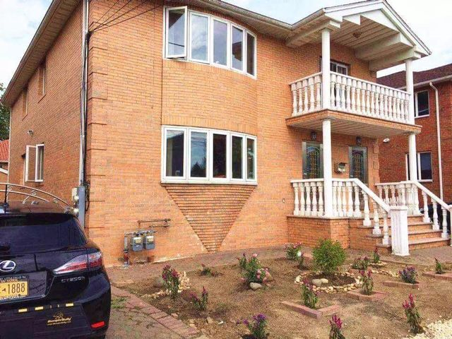 9 BR,  5.00 BTH 2 story style home in Whitestone