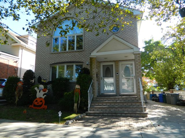 6 BR,  3.00 BTH  Colonial style home in Bronx
