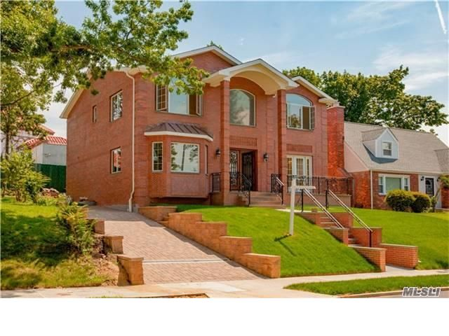 4 BR,  4.00 BTH Duplex style home in DOUGLASTON