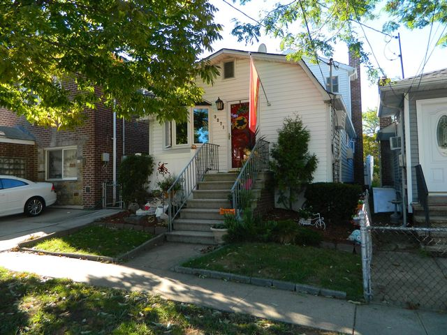 3 BR,  2.00 BTH  Ranch style home in Throggs Neck