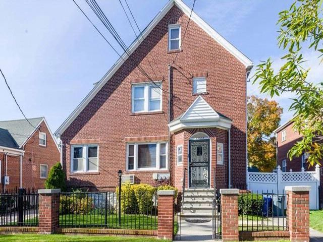 7 BR,  4.00 BTH  Colonial style home in Bronx