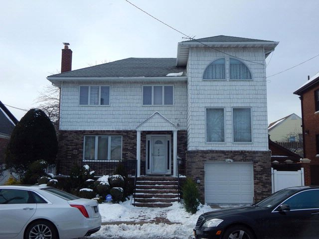 4 BR,  3.50 BTH 2 story style home in Belle Harbor