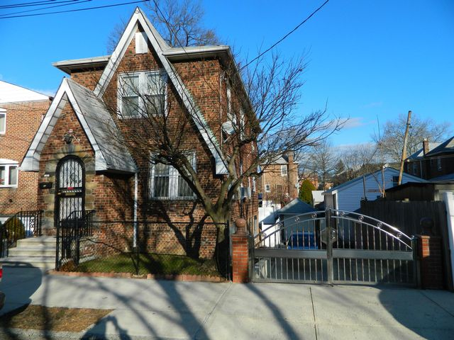 3 BR,  2.00 BTH  Colonial style home in Bronx