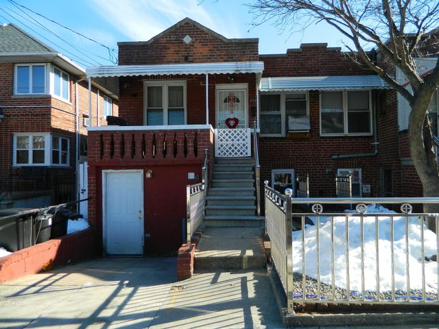 5 BR,  2.00 BTH  Ranch style home in Bronx