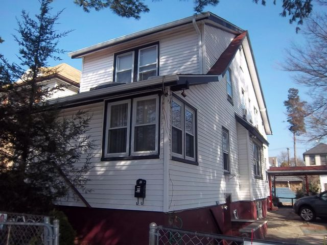 6 BR,  2.50 BTH 2 story style home in Bronx