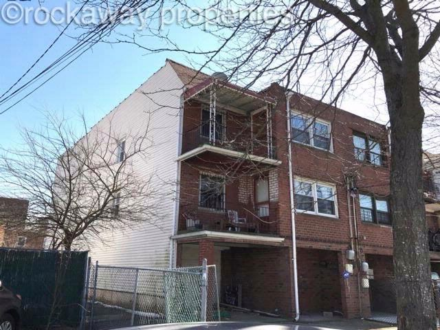 8 BR,  3.55 BTH  2 story style home in Bayswater