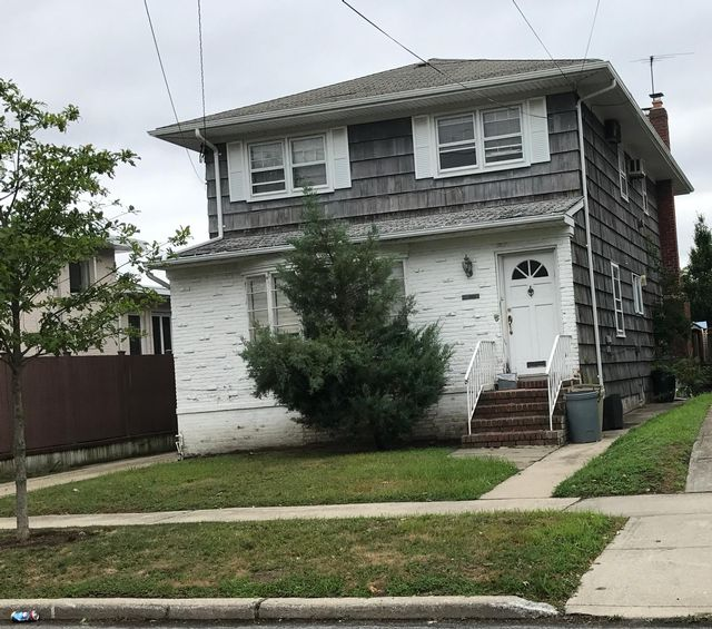 4 BR,  2.50 BTH 2 story style home in Neponsit