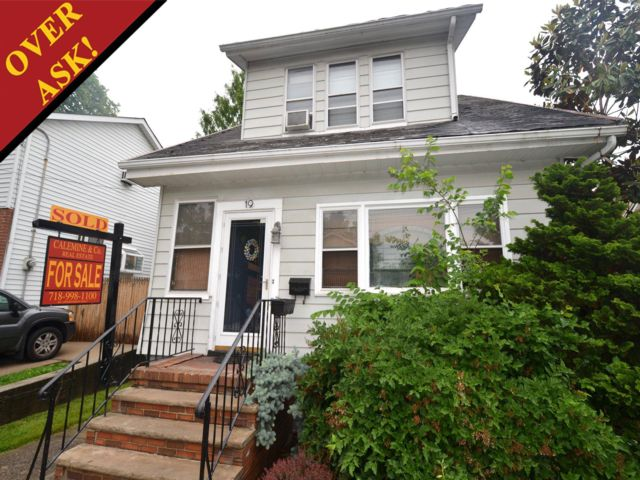 3 BR,  2.00 BTH  Colonial style home in Staten Island