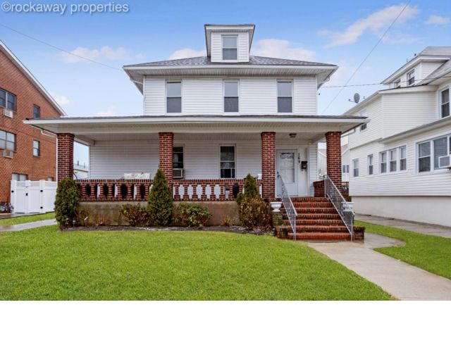 4 BR,  2.50 BTH  style home in Rockaway Park