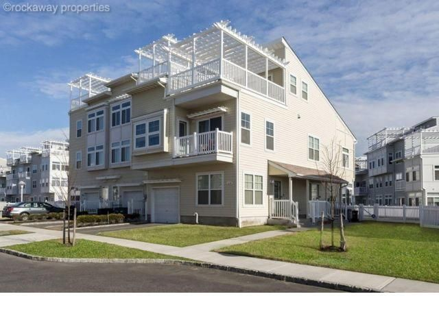 4 BR,  4.00 BTH  Contemporary style home in Arverne By The Sea