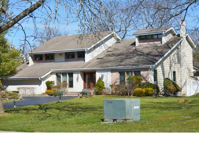 5 BR,  3.50 BTH Contemporary style home in Huntington