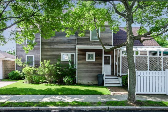 5 BR,  2.00 BTH Traditional style home in Neponsit