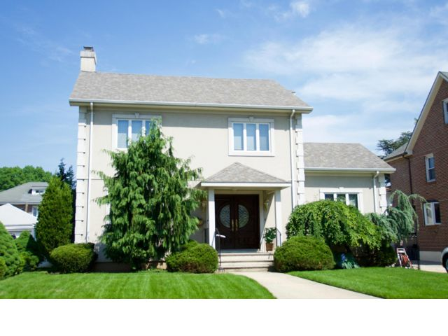 4 BR,  3.50 BTH Colonial style home in Flushing