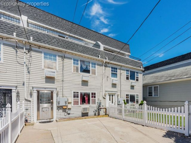 5 BR,  3.50 BTH  Contemporary style home in Rockaway Park