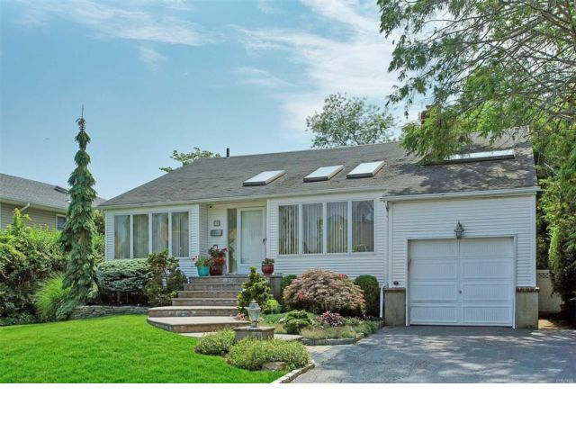 3 BR,  2.50 BTH Split style home in Plainview