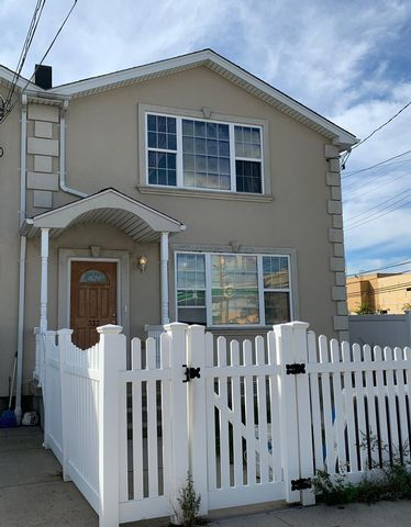 5 BR,  4.00 BTH  2 story style home in Rockaway Park
