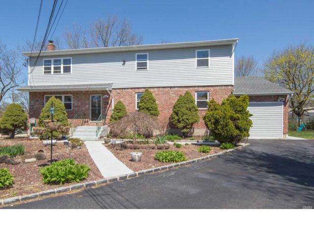 7 BR,  5.00 BTH Colonial style home in Plainview