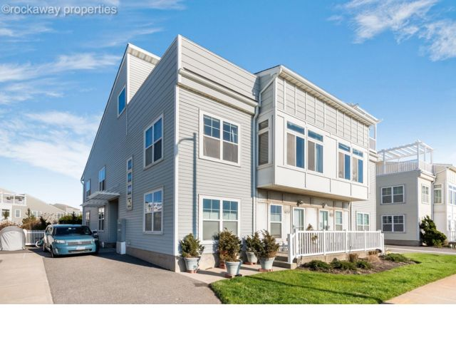 6 BR,  4.00 BTH  Contemporary style home in Arverne
