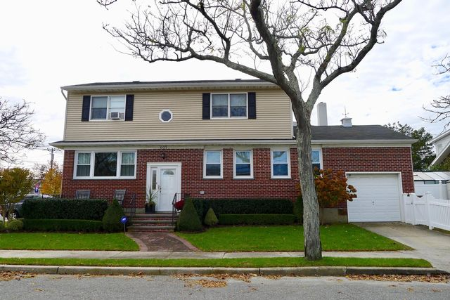 3 BR,  2.50 BTH 2 story style home in Neponsit