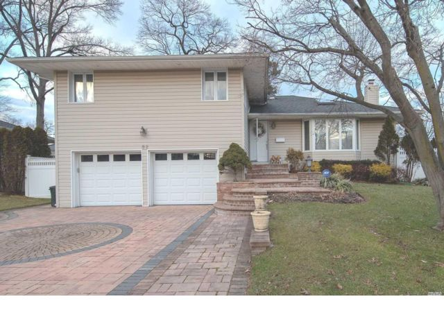 3 BR,  2.50 BTH Split style home in Jericho