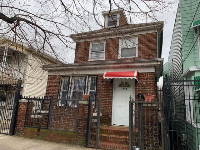 8 BR,  3.00 BTH 2 story style home in Bronx